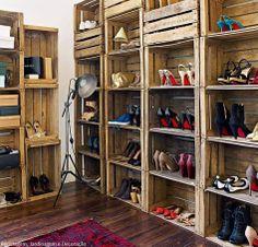 Closet com caixotes de madeira.