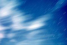 Rastro de nubes y estrellas
