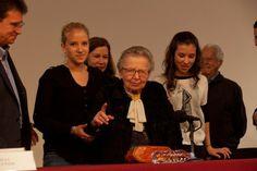 Hasta en el acto de celebración en Bellas Artes por sus 90 años, la crítica de arte Raquel Tibol no dejó de lado su oficio y se aventuró a h...
