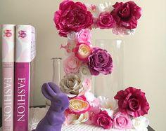 Dit is een aangepaste lijst voor bloem letter in violet/paars en wit, 45 cm/17.8  hoogte (Neem contact op met mij als je een kleinere letter 35 cm/13.8 of elke andere kleuren).  Een perfect decor voor uw droom-interieur - zal elk type kamer - kinderkamer, slaapkamer, kinderkamer, opfrissen of kan worden gebruikt als een mooi accent voor foto prop, verjaardagspartij of bruiloft. Geweldig cadeau idee voor een baby shower!  Brief is gemaakt met hoogwaardige kunstbloemen. Variaties in bloemen en…