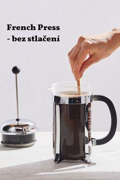 Tradiční metoda French Pressu je velmi populární – 4 minuty nechat odstát, stlačit píst a vychutnat si kávu. Ale je tu i jiná, pomalejší metoda – French Press bez stlačení. S metodou přišel James Hoffmann, barista roku 2007 a velmi významná osobnost v kávové kultuře. French Press, Barista, Coffee, Coffee Art, Cup Of Coffee