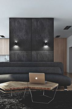 Sofá en tono oscuro, mesas hexagonales de madera/ metal