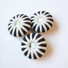 ボタンです。素材 :プラスチック・糸サイズ:直径 約2.8cm・厚さ 約9mm*このボタン1個648円(税込)になります。 ハンドメイド、手作り、手仕事品の通販・販売・購入ならCreema。