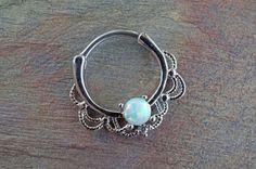 Septum-Clicker mit Opal. Auch voll schön. Nose Ring Jewelry, Body Jewelry, Fine Jewelry, Nose Rings, Daith Earrings, Fashion Jewelry, Women Jewelry, Schmuck Design, Nose Piercings