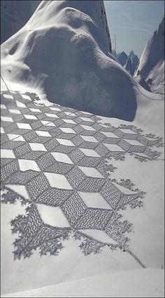 Prachtige sneeuwkunst gemaakt door Simon Beck. Eerder op ons bord pinden wij ook al een kunstwerk van hem.