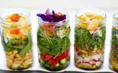 An easy and gorgeous idea for packing a healthy lunch: vegan salad in a jar. Thoughts re: tastiness, vegetarian/vegan friends? Mason Jar Meals, Meals In A Jar, Mason Jars, Glass Jars, Salad In A Jar, Soup And Salad, Raw Food Recipes, Cooking Recipes, Healthy Recipes