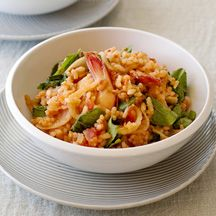 Oven-baked prawn risotto - replace fennel with a leek, omit cheese (doesn't go with seafood) & use fish stock - yummy! Skinny Recipes, Ww Recipes, Healthy Recipes, Plats Weight Watchers, Weight Watchers Meals, Risotto, Rice Pasta, Health Challenge, Prawn