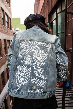 EYE see you - Hand Painted Denim Jacket - Frauenhose Painted Denim Jacket, Painted Jeans, Painted Clothes, Denim Paint, Hand Painted Dress, Diy Jeans, Jeans Refashion, Denim Fashion, Look Fashion