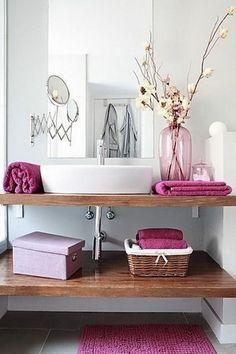 Decoración de baños modernos pequeños. Detalles en color rosa para un baño pequeño.