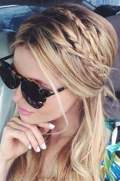 De petites tresse discrètes dans une coiffure floue, on adore ! Un faux style décoiffé avec des nattes un peu lâches, so romantic !