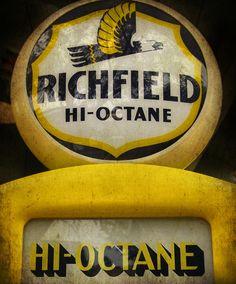 hi-octane Vintage Signs For Sale, Vintage Metal Signs, Old Gas Pumps, Vintage Gas Pumps, Fuel Truck, Pompe A Essence, Gas Service, Custom Metal Signs, Old Gas Stations
