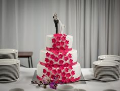 Wedding cake with fuksian pink flowers