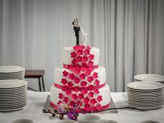 Wedding cake with fuksian pink flowers