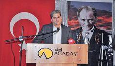 Ο Χουσεΐν Ζεϊμπέκ ομιλητής σε εκδήλωση στην Τουρκία, μπροστά από την τουρκική σημαία και το πορτρέτο του Κεμάλ