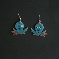Plexiglas øreringe med blæksprutter, 69 kr/par, 2 par for 97 kr. Se vores mange sjove øreringe af plexiglas, eller smykkeler. http://uglenimosen.dk/produkter/71-sjove-oereringe/