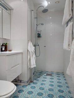 Carreaux de ciment au sol d'une salle de bain