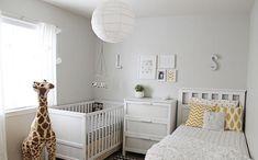 chambre de bébé mixte en blanc avec accents jaunes