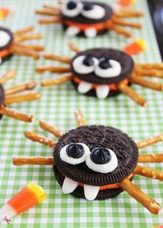 Adorable Oreo cookie spiders are a perfect Halloween food craft treat idea to make with kids! Adorable cookie spiders made with Halloween Oreo sandwich cookies, pretzel sticks, marshmallows and candy corn. An easy food craft for kids. Comida De Halloween Ideas, Halloween Food Crafts, Recetas Halloween, Postres Halloween, Hallowen Food, Halloween Treats For Kids, Halloween Goodies, Halloween Parties, Halloween Appetizers