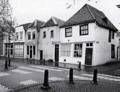 Raam 224 tot 230 in 1998. De drie huizen ten zuiden van de drapiersteeg met afgewolfde zadeldaken zijn de oudste aan de Raam. De linker heeft nieuwe prothesen gekregen in de pui en de bovenvensters, maar de andere twee zakken vermoeid tegen elkaar aan.  Voorheen de locatie van de Brigittenbrug  over het water van de Raam, tegenover de Lange Willemsteeg en de Drapiersteeg. De brug werd gebouwd in 1886 en afgebroken bij de demping van de Raam in 1960