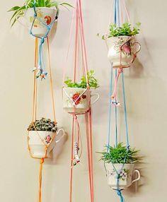 Gespot op het instagram account van bijtanteroos planten hangers gemaakt met porseleinen kopjes. Met speciaal draad te knopen tot plantenhangers. Kijk hier hoe ze gemaakt worden! Bijtanteroos facebookpagina
