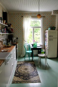 Niinan unelmia: Nyt ollaan valmiita kesälomaan - valmista on! Kitchen Time, Kitchen Dining, Kitchen Decor, 50s Style Kitchens, Cool Kitchens, Dining Room Wall Decor, Dining Room Inspiration, Cottage Interiors, Home Furniture