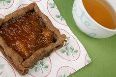 Στις χωρίς γλουτένη vegan συνταγές μας προσπαθούμε να αποφεύγουμε την κοινή, κρυσταλλική, λευκή ζάχαρη. Γι αυτό το γλυκό βάλαμε σκόνη...
