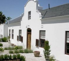 Cape Dutch style home in Somerset West, Cape Town via House and Leisure South Africa - Home Decor Like Dutch Colonial, Spanish Colonial, South African Homes, Fachada Colonial, Cape Cod Cottage, Cape Dutch, Dutch House, Stucco Homes, New England Style