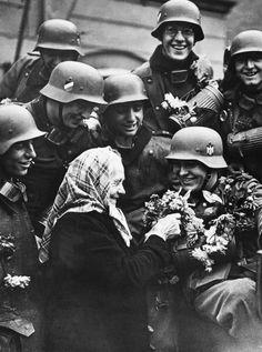 Sudetenland Germans decorate arriving Heer soldaten with flowers. German Soldiers Ww2, German Army, Germany Ww2, War Photography, History Photos, Historian, Old Women, World War Ii, Wwii