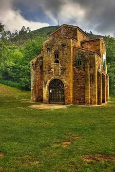 San Miguel de Lillo, Oviedo in the Asturias region Aragon, Places To Travel, Places To See, Romanesque Art, Romanesque Architecture, Magic Places, Asturian, Art Roman, Asturias Spain