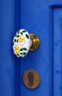 lemon door knob on blue door tersessenta