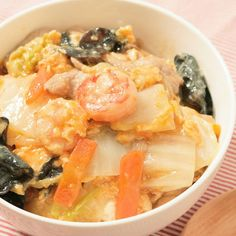 「白菜たっぷり 卵でとじるアレンジ中華丼」の作り方を簡単で分かりやすい料理動画で紹介しています。いつもの中華丼に飽きたらぜひこちら! 卵でとじるだけでちょっと豪華で、気分も変わりますね。 市販のレトルト中華丼の餡もこのひと手間で手作り感とボリュームもアップします。 野菜もたっぷりで大満足のどんぶりメニューです。