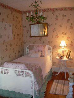Shabby Chic Decor home-decor - myshabbychicdecor. Pretty Bedroom, Shabby Chic Bedrooms, Bedroom Vintage, Shabby Chic Homes, Cozy Bedroom, Romantic Bedrooms, Small Bedrooms, Shabby Cottage, Guest Bedrooms