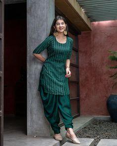 Dress Neck Designs, Kurti Neck Designs, Kurti Designs Party Wear, Pakistani Fashion Casual, Pakistani Dress Design, Indian Fashion, Dress Indian Style, Indian Outfits, Chudidhar Designs