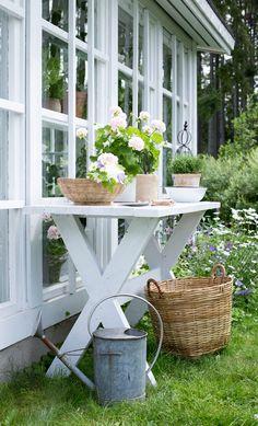 Vihdoinkin minulla on puutarhassa istutuspöytä jonka äärellä voin askarrella kukkakimppuja ja tehdä istutuksia. Olen kaivannut pöytää kauan ja yleensä olen vaan maan tasalla levittänyt mullat ruukkuihin mutta nyt ei enää tarvitse kykkiä.