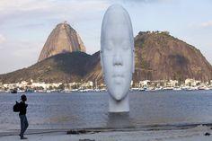 """""""Awilda"""", de Jaume Plensa,escultura com 12 m de altura colocada na Praia de Botafogo."""