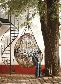 Hangesessel Korb Rattan Geflecht Outdoor Schatten Baum Pflaster