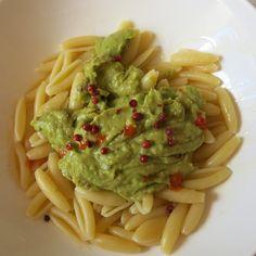 wenn's Baguette alle ist, kann man Guacamole schon mal mit Nudeln essen.....