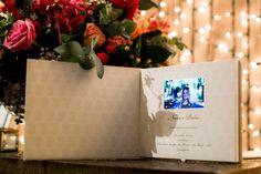 E este convite de casamento com uma TV de quatro polegadas? Chic, não?
