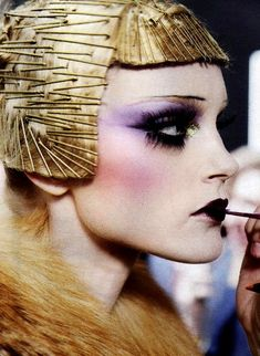 Dior 2009 Pat Mcgrath, Makeup Artist / extreme make up was inspired by the , typical for the period bob haircut. Jessica Stam at Dior runway. Makeup Up, Runway Makeup, Makeup Inspo, Beauty Makeup, Makeup Looks, Crazy Makeup, Makeup Ideas, Eyeshadow Makeup, 1920s Makeup