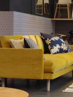 10 deco trends that will mark 2018 Living Room Sofa, Living Room Interior, Living Room Decor, Rustic Furniture, Home Furniture, Furniture Design, Scandinavian Sofas, Scandinavian Design, Yellow Sofa