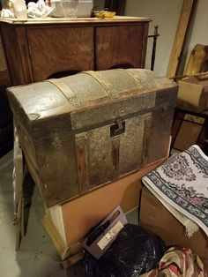 Used (normal wear) - Antique trunk