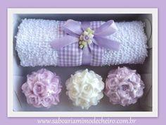 1 caixinha parte de baixo krafit e a tampa acetato transparente 1 toalha ( enfeite) a florzinha de biscuit pode mudar conforme nosso estoque  3 sabonetes