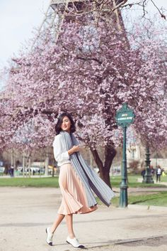 Light pink pleated skirt + ladylike lace-up oxfords // gary pepper girl Gary Pepper Girl, Nicole Warne, Mode Simple, Estilo Blogger, Cooler Look, Glamour, Parisian Chic, Inspired Outfits, Look Chic