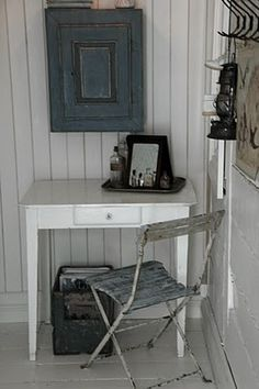 cadre abimé Collections Of Objects, Bistro Chairs, Old Chairs, Country Chic, French Country, Beautiful Interiors, Office Desk, Sweet Home, Shabby Chic
