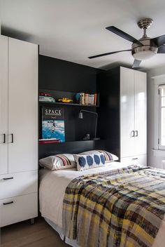 Une parfaite illustration de rangements gagne-place qui s'avèrent bien pratique pour un aménagement petite chambre réussi