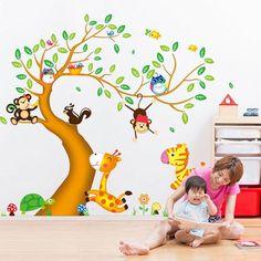 Cute Muursticker boom met gekleurde dieren in het bos voor in de kinderkamer