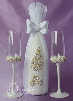 copas decoradas                                                                                                                                                                                 Más Wedding Wine Glasses, Diy Wine Glasses, Glitter Glasses, Decorated Wine Glasses, Wedding Bottles, Painted Wine Glasses, Wine Glass Crafts, Wine Bottle Crafts, Diy Bottle