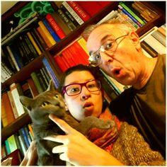 Aquí está la foto de dos enamorados de los libros. Dicen que la única que no se sorprendió de su promiscuidad literaria fue la gata Cartulina. Puestos a elegir favoritos: Antonio elige Peter Pan, y Fiorella Matar un ruiseñor.
