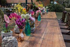 Uma linda e enorme mesa comunitária para um casamento na praia. Mix de texturas e cores #ohlindeza #conceptwedding #casamentolindeza #wedding #casamento #casamentodedia #identidadevisual #direcaodearte #arranjosflorais #floreslindeza #floralarrangements #casamentoaoarlivre #beachwedding #casamentonapraia