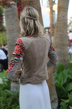 Street style: Coachella. Detalle de la espalda de la chaqueta perfecto que Kristen acompañó con un semi recogido informal.